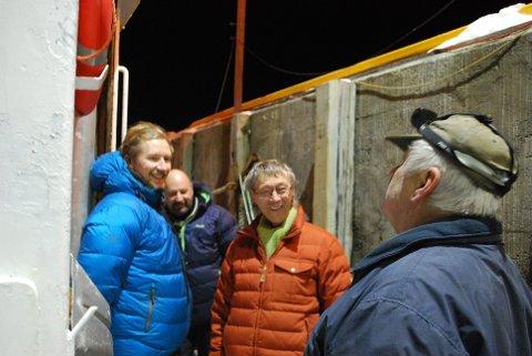 PÅ LOCATION: Mandag ettermiddag fikk Aleksander Olai Korsnes, Jan-Erik Gammleng og Knut Erik Jensen omvisning om bord i Lykken II som drives av Roald Magne Olsen. Båten skal brukes i innspillingen av Jensens neste film.