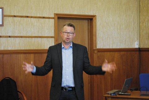 Rådmann i Nordkapp kommune, Raymond Robertsen, foreslår å gjøre parkeringsplassen på Nordkapp-platet offentlig. Det ønsker ikke Rica og Scandic.