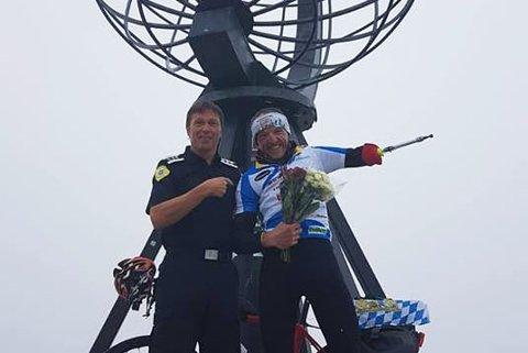 IMPONERT: Brannsjef Per Ivar Pettersen og Wolfgang Stöckl ble godt kjent da Wolfgang kom innom brannstasjonen i helgen. Per Ivar er mektig imponert av Wolfgangs prestasjon.