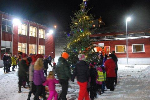 Bildet er fra fjorårets tenning av julegrana i Nordvågen. Arrangøren håper at treet ikke blåser bort i stormen som er meldt til lørdag.