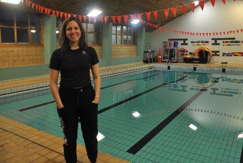 BADEVAKT: Fernanda fikk jobben med å passe på folk i bassenget. Planen er å få godkjent sykepleierutdanningen sin i Norge.