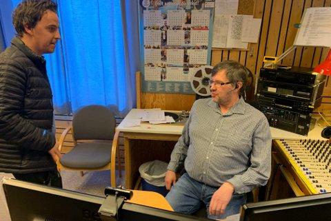 NY SENDING: Andreas Børvik er snart klar for en ny episode av Radio Korona. I stolen sitter Raymond Elde som er ansvarlig redaktør i Radio Nordkapp.