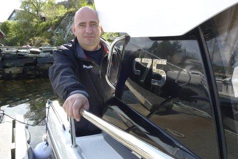 STOR PÅGANG: Dagleg leiar i Solheim Diesel AS Frode Standal fortel at dei har kø på verkstaden kvar vår når folk vil ha båten klar til sesongen.