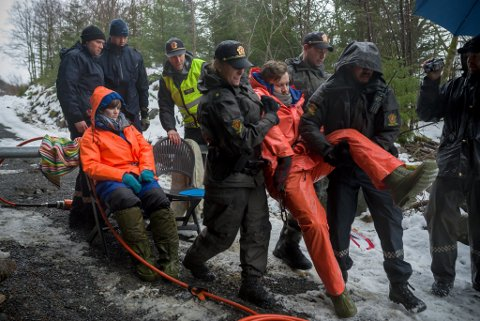 Dei to siste aksjonistane: Silje Lundberg og Håvard Lundberg vart fjerna under aksjonen. Politiet kom mannsterke, klipte kjettingane og arresterte aksjonistane.