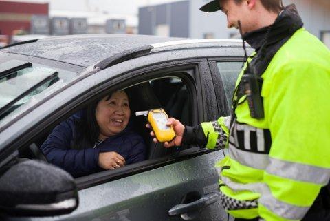 Isabell Gåsøy syntes det var litt skummelt å blåse, sjølv om politimannen William Steinset ikkje såg ut som om han kunne gjere ein fluge fortred.