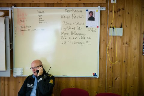 Lensmann Espen Gulliksen på kommandoplassen for leiteaksjonen i Svelgen.