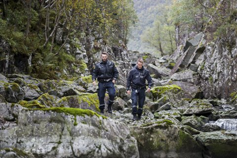 Politiet var på plass og konstaterte at heile elva var tørrlagt.