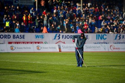 SJUKMELD: Florø stadion sin høgt akta banemann Even Hamn, er for tida sjukemeld. Men baneeigar Flora kommune forsikrar at vedlikehaldet av Florø stadion ikkje vil bli neglisjert til dei fire heimekampane som står att av fotballsesongen.
