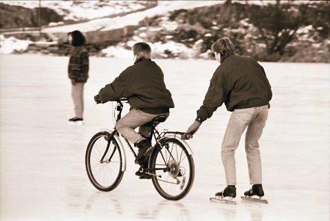 Balanse:  Å sykle på isen krev god balanse – og ingen brå rørsler. Ei hand på bagasjebretten til støtte er heller ikkje av vegen . . . .