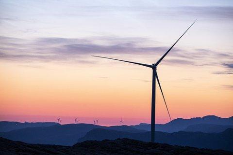 Arbeidet med å montere vindmøller går føre seg for fullt på Guleslettene vindpark like ved Florø. Totalt skal det bli reist 47 vindmøller i dette området. Kvart tårn er 90 meter høgt. Foto: Tore Meek / NTB / NPK