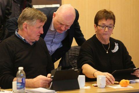 Senterpartiet er sterkt representert i Nordfjord-bygdene i Bremanger. Her varaordførar Magne Kjerpeset, Espen Gulliksen og Henny Hansen.