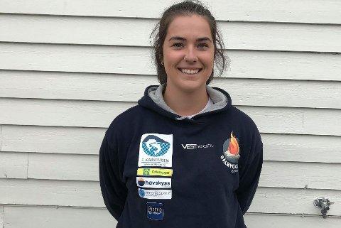 MYKJE SKRYT: – Vi er ein fantastisk dugnadsgjeng. Og vi har gode sponsorar. Slikt blir det rekordbål av, seier leiar i Florø bålbyggarlag, Charlotte Johannessen.