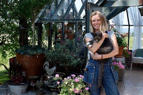 HAGEGLEDE: Heidi Kopperud brukar mykje av fritida på hagen. Om vinteren støyper ho hagepynt i betong. Foto: Kjersti Busterud / NTB
