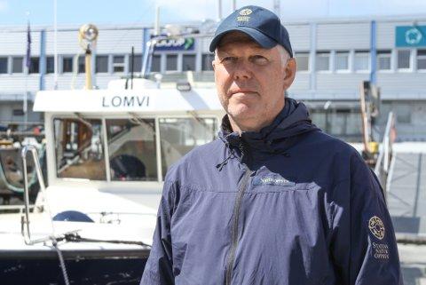 INSIVERT OPPSYN: Seniorrådgjevar Einar Vereide i Statens Naturoppsyn er ekstra mykje på farten frå midten av mai, når laksen byrjar å komme inn mot fjordane frå havet.