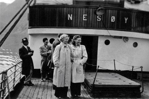 FJORDAFART I 1950: Passasjerar på dekk på «Nesøy» sommaren 1950. Truleg er dei utanlandske turistar.