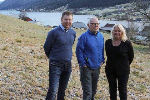 Utbygginga i Årsetbakkane blir for dyr. No inviterer Andre Sunde (t.v.) og Bodil Kidøy Lunde kommunen til å overta. I midten grunneigar Magnar Fossheim. (Foto: Svein Heggheim)