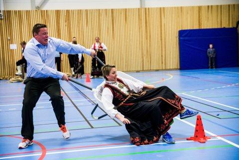 17/05 BUNAD: Pen i tøyet, vill i blikket. Kan det vere noko anna enn nasjonaldagen? Eirik og Invild Ness i trillebårleik i Gaularhallen på Sande.