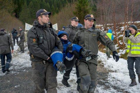 Her blir Natur og Ungdom-leiar Ingrid Skjoldvær fysisk frakta vekk av politiet. – Dette er berre starten, seier ho.