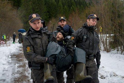 Ørjan Thingnes vert boren vekk. Aksjonistar frå Natur og ungdom og andre lenka seg fast for å sperre vegen for Nordic Mining sine prøveboringsmaskiner. Politiet kom mannsterke, dei kutta kjettingane og arresterte aksjonistane.