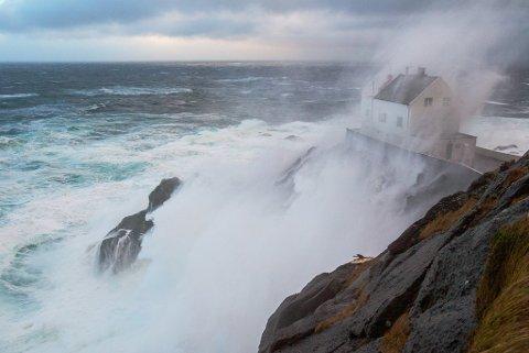 DNT OVERTEK: Ytre Nordfjord Turlag har inngått ein treårig leigeavtale med Kystverket på Kråkenes fyr på Stadlandet. Fyrbygninga ligg 45 meter over havet, men likevel sler saltvatnet inn på rutene