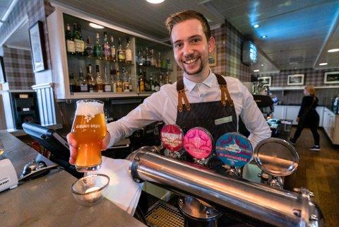 MAT OG DRIKKE-SJEF: Moen jobbar som sjef for mat og drikke på Gloppen hotell.