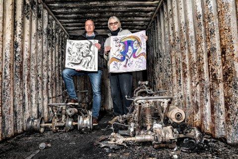 ALT BRANN OPP: Frode Hellebust og Helge Segrov med nokre motiv frå den siste serien som no blir auksjonert bort.