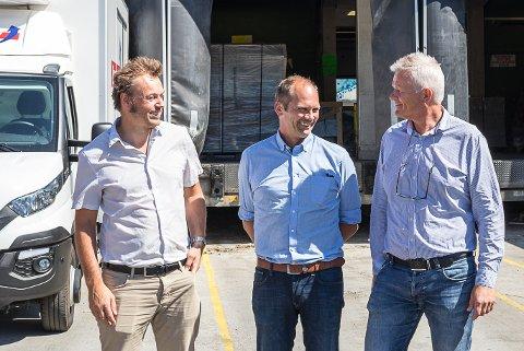 SUMTRANS: Denne gjengen kan ta ferie med godt samvit. Før sommaren rakk dei å etablere eit nytt selskap som skal ta seg av transport av avfall. F.v. står Henning Tjørhom, dagleg leiar i Sunnfjord Miljøverk, Oddmund Klakegg, styreleiar i Sunnfjord Miljøverk, og Nils Aslak Huus, dagleg leiar i Transferd.