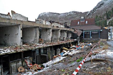 KRIGSRUIN: Restane etter Selje Hotell har stått som ein krigsruin midt i bygda i to og eit halvt år. No er dei fjerna.