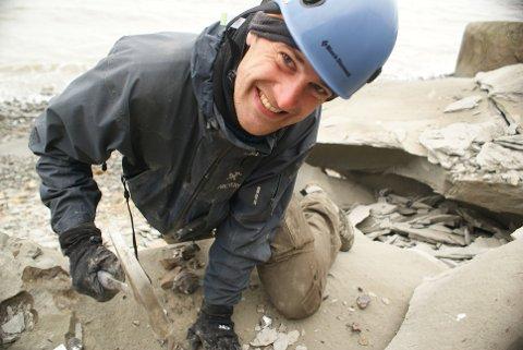 GEOLOG OG FORSKAR: Tore Grane Klausen (35) frå Førde er tildelt Reuschmedaljen for forskinga si. Her er han under feltarbeid på Svalbard.