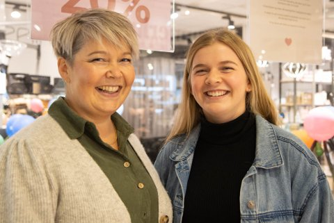 GLER SEG: Eva Vatne Rygg (41) og Ingrid Marie Vatne Rygg (18) ventar med festen til neste helg: – Endeleg er Ingrid Marie gammal nok til å vere med. Dette har vi gleda oss til, seier mora Eva.