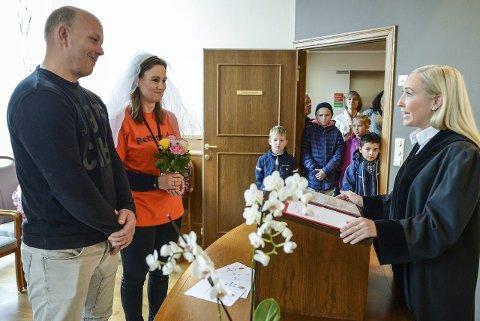 Vielse: Dommerfullmektig Solveig Haraldseth vier Anne Margit Pedersen og Erik Madsen for å vise hvordan et vielse fungerer.
