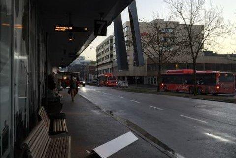 INGEN PERSONSKADER: Plater løsnet fra Torvbyens fasade fredag ettermiddag.