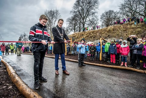 SNORKLIPP: Martin Nybøle Jelsness (12), ordfører Jon-Ivar Nygård og Mathias Youkhana åpnet hinderløypa i Brattliparken fredag. (Foto: Geir A. Carlsson)