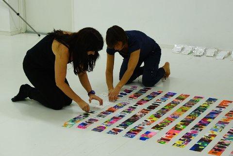 Sju timer: Det tok sju timer å legge opp bildene fra bare to år. Nå har de to kunstnerne holdt prosjektet gående i snart fire år.