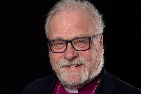 KLAR TALE: – Julenissen er blant de største ranene i vår kultur, mener biskop i Borg, Atle Sommerfeldt (65), som ellers har måttet velge bort sin tradisjonelle julemat, fordi kjærligheten vant over svineribba.