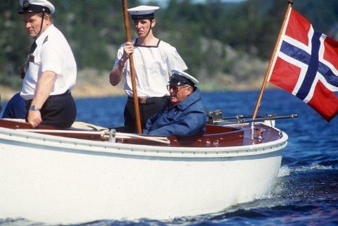 Kongen kom: Et kjent bilde i gamle dager: Seilentusiasten Kong Olav på plass i Hankøsundet. Her i sin 5,5 meters båt ''Norna XII'' sommeren 1987. De siste årene er det ingen konge som har reist til Bloksberg.  Arkivfoto: Erik Hagen