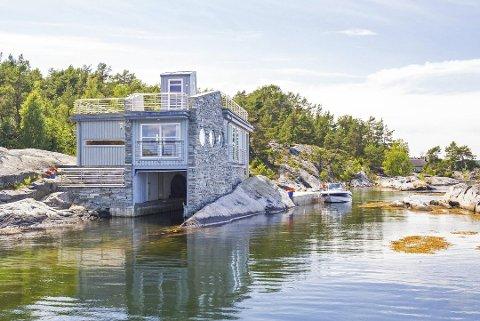 Urealistisk, ifølge Paul Henriksen: Denne eiendommen ved Kragerø er lagt ut for salg til 22,5 millioner. I den nevnte artikkelen ble den brukt som eksempel på moderne hytteeiendom som folk med penger vil være villige til å betale mye for.