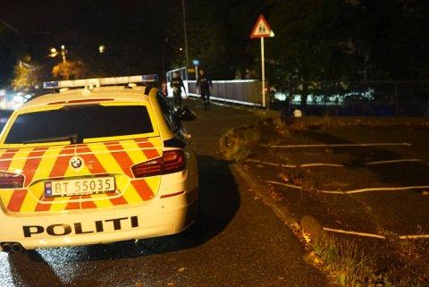 Politiet på brua i Glemmengata som passerer over veien hvor kvinnen ble funnet i veibanen.
