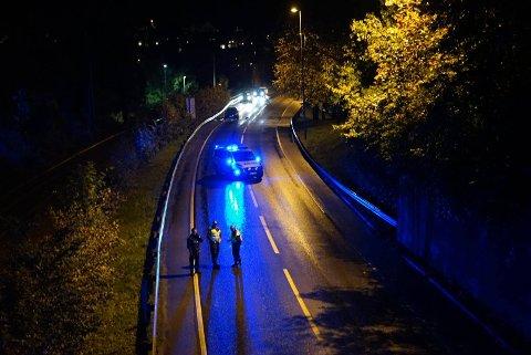 Trafikken på Innfartsåra fikk klokken 22 passere ulykkestedet i sakte fart.