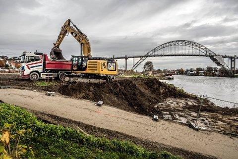 I begynnelsen av november startet gravemaskinene jobben på området hvor boligprosjektet Bellevue brygge er planlagt. Første byggetrinn inneholder 36 leiligheter, og planen er at de første flytter inn påsken 2019.