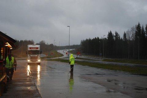 Torsdag var det våte arbeidsforhold for kontrollørene på Ørje.