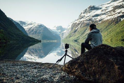 SELVPORTRETT: Arbeidsplassen til Morten Rustad når han jobbet med filmen «Seasons of Norway» er kanskje en av verdens vakreste.