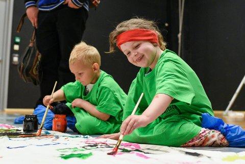 Barnas Verdensdager: De yngste kan være med på mye på lørdag. Vårt bilde er fra 2016, der Lucas Alexander Pedersen (til venstre) og Elsa Hillestad Sakrisvold hadde det gøy med maling.