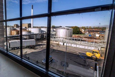 Utsikt over fabrikkområdet ved Denofa som nå er i sterk endring. Benthe Stornes klager over at det ikke skjer noe med lukten som det har vært klaget på i flere omganger.