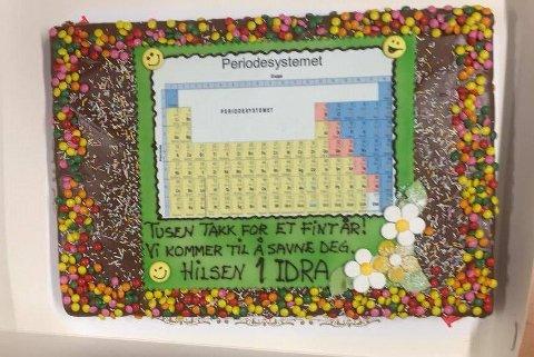Pedagogikk i marsipan: Elevene slo til med det periodiske system på marsipankaken til lærer Thomas Nordengen.