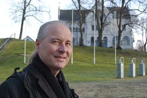 Vil bevare villa med omgivelser: Byantikvar Vegard Lie mener Pay-villaen, og Lykkeberg-villaen (i bakgrunnen), er de to mest bevaringsverdige byvillaene på Vestsiden. (Arkivfoto: Øivind Lågbu)
