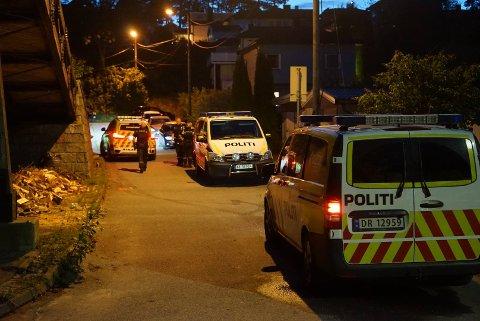 Bevæpnet politi, politibiler og ambulanse har rykket ut til Ila Allé fredag kveld.
