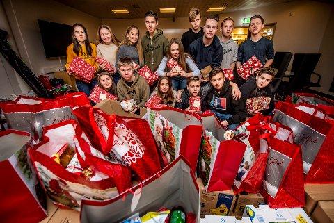 FULL PAKKE: Elever fra Hvaler ungdomsskole bidrar til at kommunens vanskeligstilte får en bedre jul
