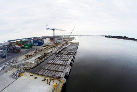 Har utvidet kraftig: Borg havn har investert i en ny kaifront og ruster seg også for å ta imot langt flere containere, nye kraner er kjøpt inn. (Arkivfoto: Erik Hagen)