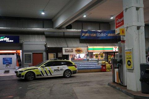 RANET: Det var like over midnatt som politiet fikk melding om ranet på Shell-stasjonen i Fredrikstad sentrum